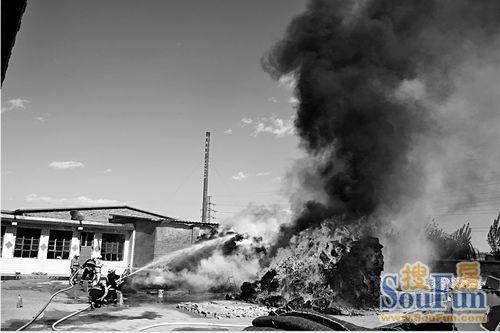 居民院内的两堆保温被燃起大火