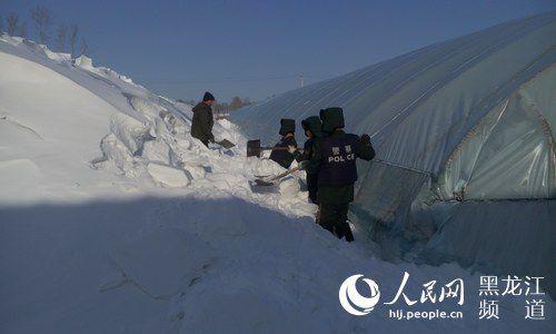 边防民警清除大棚上的积雪